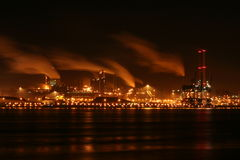 Ijzer en staalfabriek bij nacht Royalty-vrije Stock Afbeeldingen