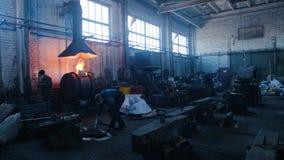 Ijzer en staalfabrieksarbeiders Voorraadlengte Binnen de fabriek van metaalvormen stock videobeelden