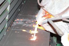 Ijzer gesmolten metaal het gieten in zandvorm royalty-vrije stock foto's