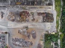 Ijzer grondstoffen die stapel, het werkmachines recycleren Metaalafval ju Royalty-vrije Stock Foto