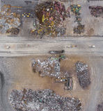 Ijzer grondstoffen die stapel, het werkmachines recycleren Metaalafval ju Stock Foto