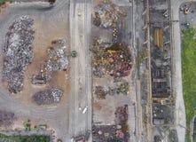 Ijzer grondstoffen die stapel, het werkmachines recycleren Metaalafval ju Stock Fotografie