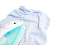Ijzer met blauwe die doek op een wit wordt geïsoleerd Royalty-vrije Stock Afbeeldingen