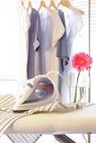 Ijzer op strijkplank in wasserijruimte Royalty-vrije Stock Foto's