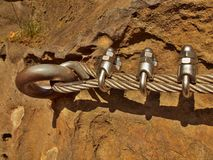 Ijzer verdraaide kabel vast in blok door schroeven onverwachte haken Detail van kabeleind in rots wordt verankerd die Stock Foto's