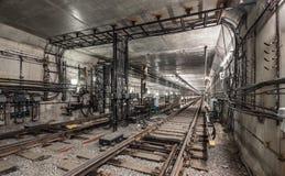 Ijzerboog met elektrische kabels boven de treinsporen royalty-vrije stock foto