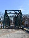 Ijzerbrug op een landelijke weg Stock Afbeeldingen
