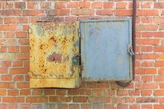 Ijzerdozen op een bakstenen muur Stock Foto's