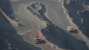 Ijzerertsmijnbouw In een carrière ga Belaz Het schieten van hommel stock video
