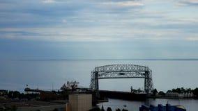 Ijzerertsschip die onder de historische luchtliftbrug gaan in Duluth, Minnesota