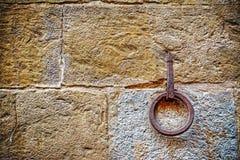 Ijzerhoepel het hangen op steenmuur royalty-vrije stock afbeelding