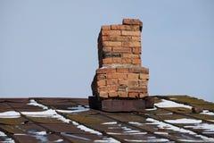 Ijzerhoudend dak en oude verwarmingspijp royalty-vrije stock foto's