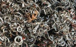 Ijzerhoudend van geschaafde metalen, metaalspaanders op de workshop stock afbeeldingen