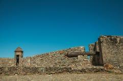 Ijzerkanon op de muur van bolwerk naast het Marvao-Kasteel stock foto's