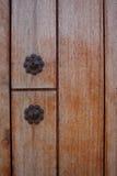 Ijzerknoop op houten deur Royalty-vrije Stock Afbeelding