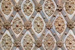 Ijzerpatroon op de oude poort Stock Afbeeldingen