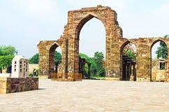 Ijzerpijler en van Qutab Minar Ruïnes Delhi India stock foto's