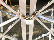 Ijzerpoorten, de omheining van de metaalbar op een sterke oude roestige ketting van verbindingen op een graanschuur groot slot da royalty-vrije stock foto's