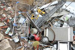Ijzers verlaten in een stortplaats gevaarlijke metalen en geroest verkeerd Royalty-vrije Stock Foto's