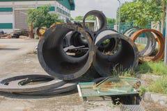 Ijzerschroot van metaalpijpleiding stock fotografie