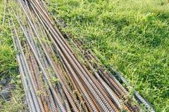 Ijzerstapel op het gras Stock Afbeelding