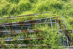 Ijzerstapel op het gras Stock Afbeeldingen