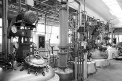 Ijzertanks in de chemische industrie stock fotografie