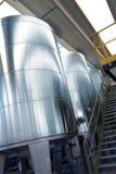 Ijzertanks in de chemische industrie stock afbeeldingen