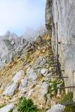 Ijzertreden en wandelingsweg aan Ellmauer-Halt bij Wilder Kaiser-bergen van Oostenrijk - dicht bij Gruttenhuette, het Gaan, Tirol stock foto's