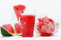 "Ijzig die watermeloensap met gesneden watermeloen †wordt gediend "", Selectieve nadruk Stock Afbeelding"