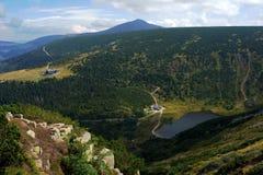 Ijzig meer in bergen Karkonosze stock afbeelding