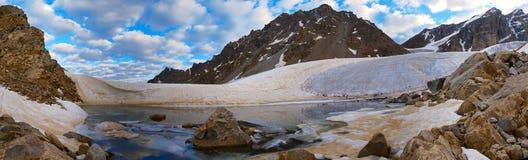 Ijzig meer in de Kaukasus 2 Stock Foto's