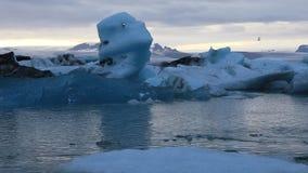 Ijzig meer Jokulsarlon bij schemer, IJsland stock footage