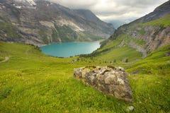 Ijzig meer van Oeschinensee, Zwitserse Alpen royalty-vrije stock afbeeldingen