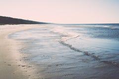 Ijzig overzees strand met eerste ijsstukken wijnoogst royalty-vrije stock foto's