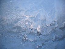 Ijzig patroon op de wintervenster stock afbeelding