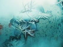 ijzig patroon op het venster als Kerstmisachtergrond stock foto's