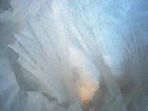 Ijzig patroon op ruit - natuurlijke de wintertextuur Stock Afbeeldingen
