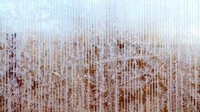 Ijzig patroon van rijp en sneeuwvlokken op gestreepte glas, de winter of Kerstmisachtergrond, textuur stock fotografie
