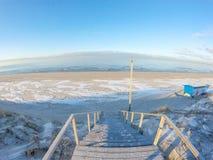 Ijzig strand op Oostzee in de winter royalty-vrije stock afbeelding