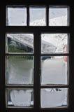Ijzig venster. Van de binnenkant die uit eruit zien stock foto's