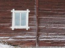 Ijzig venster van oud logboekhuis stock foto's