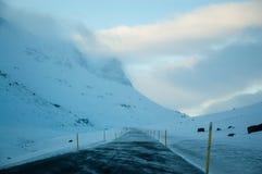 Ijzige bergweg, eenzame weg, Oost-IJsland Stock Fotografie