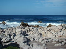 Ijzige blauwe water en rotsen Stock Fotografie
