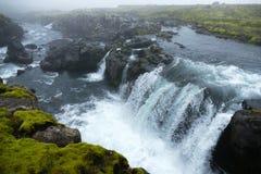 Ijzige blauwe waterval in de mist op watervalsleep, stadium één van Fimmvörduhals-bergpas, IJsland royalty-vrije stock afbeelding