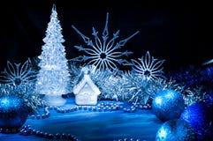 Ijzige Kerstboom die met zilveren licht gloeien stock foto