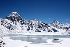 Ijzige meer en bergen, Himalayagebergte, Nepal stock foto's