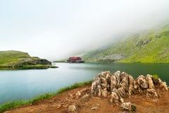 Ijzige meer nevelige ochtend Het Ijzige Meer van Balea op Fagaras, Ro royalty-vrije stock foto's