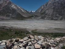 Ijzige morainic vallei onder het hooggebergte van Zanskar, de zomerdag, Tibet, Himalayagebergte, India Stock Foto