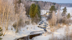 Ijzige ochtend in de lente in het bos van Oeralgebergte met een bevroren rivier, Rusland Stock Afbeeldingen